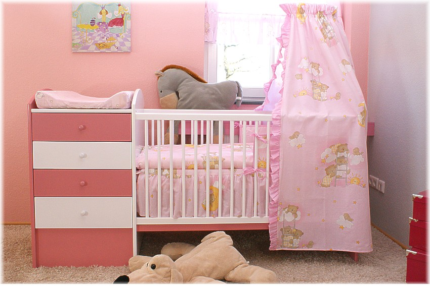pinkes babybett mit wickelkommode babybett kinderbett. Black Bedroom Furniture Sets. Home Design Ideas